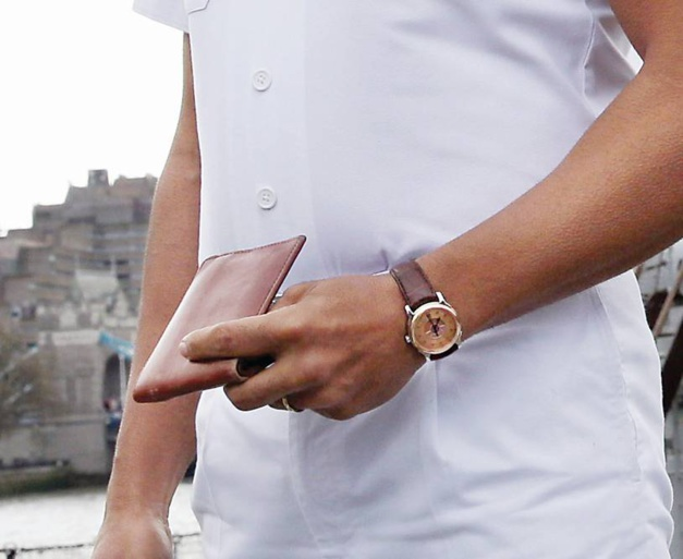 Rustom : Akshay Kumar porte une Perrelet Dipteros