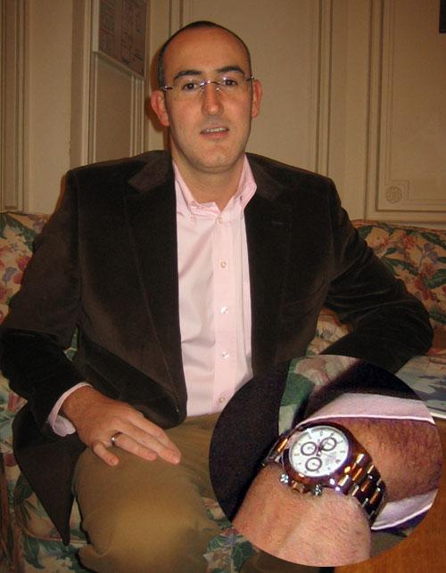Portrait de Thierry qui prend autant de plaisir à choisir une montre qu'à la posséder