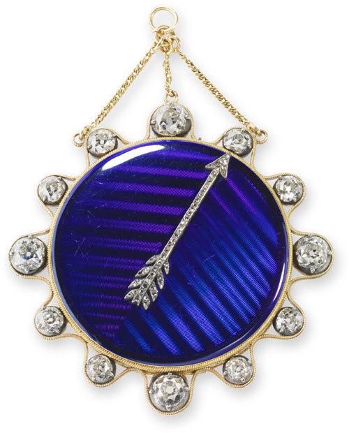 Petite montre médaillon à tact. Boîte en or émaillé bleu, flèche sertie de diamants, pièces de touche constituées de gros diamants ronds, cadran en argent, échappement à cylindre de rubis. Vendue à Joséphine Bonaparte le 18 février 1800