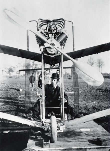Alberto Santos-Dumont à bord de son aéroplane en 1907 copyright Cartier