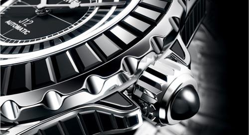 J12 Noir Intense : quand Chanel transforme la céramique en pierres précieuses…