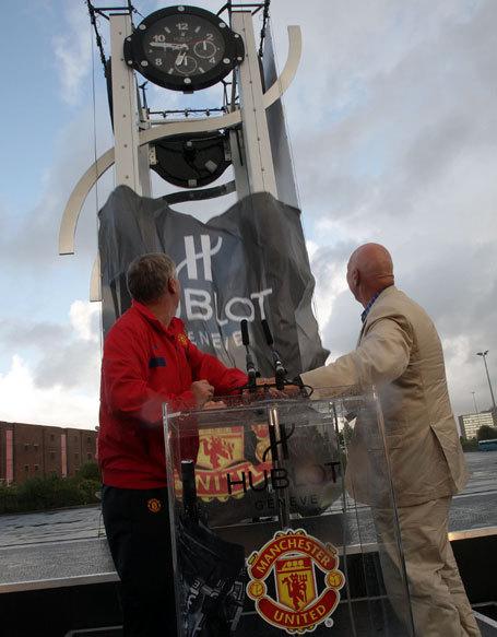 Hublot installe une horloge en forme de H devant le stade de Manchester