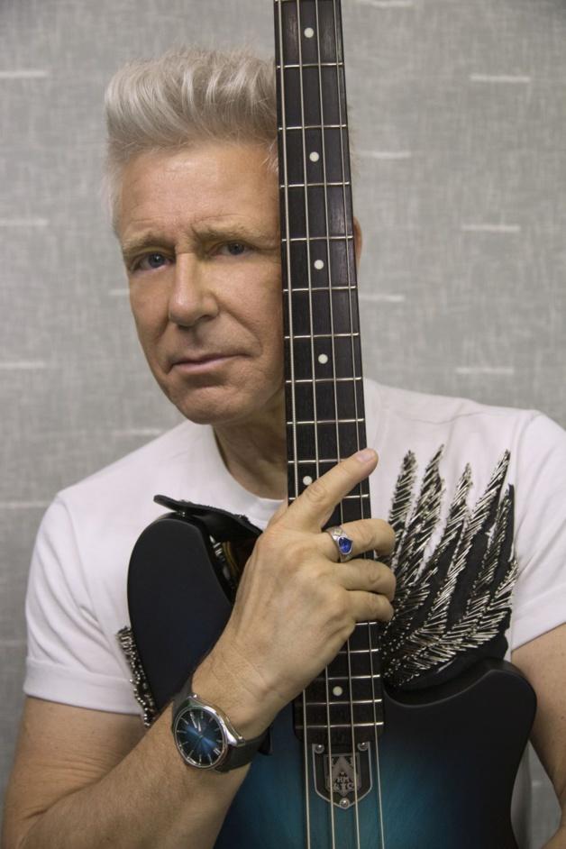 """Moser offre une guitare """"funky blue"""" à Adam Clayton"""