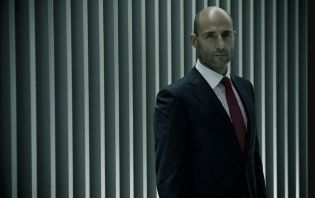 Welcome to the punch : Mark Strong porte une Omega Speedmaster triple date