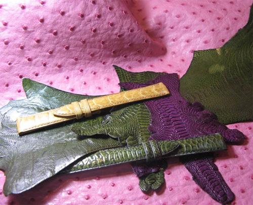 bracelet beige : tibia d'emeu ; bracelet vert : patte de poulet ; grande peau verte : patte d'emeu - petites peaux verte et violette : patte de dinde