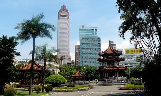 Parc du Mémorial de la paix du 28 février avec au fond à gauche, la Tour Shin Kong Life