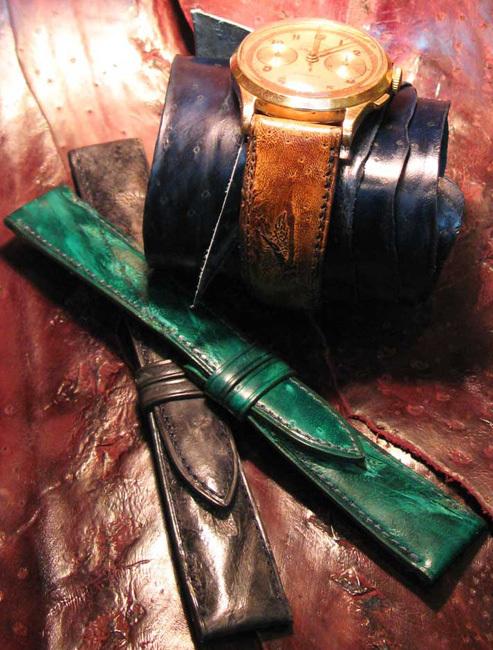 Bracelet havane posé sur chronographe suisse de 1940, ainsi que deux bracelets gris et vert posés sur fond de peaux rouille d'esturgeon