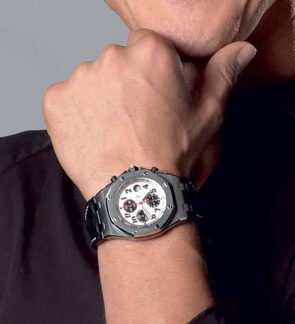 Gros plan sur la Royal Oak Offshore portée par Michael Schumacher pendant la conférence de presse