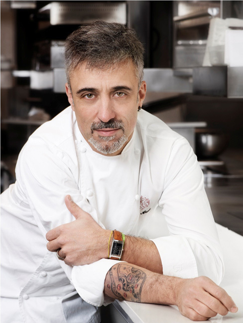 Le chef cuisinier Sergi Arola portant sa Reverso (côté gravé en photo)