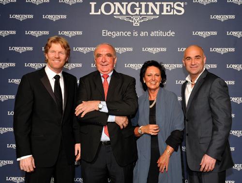 Jim Courier reçoit le Longines Prize for Elegance des mains d'Andre Agassi