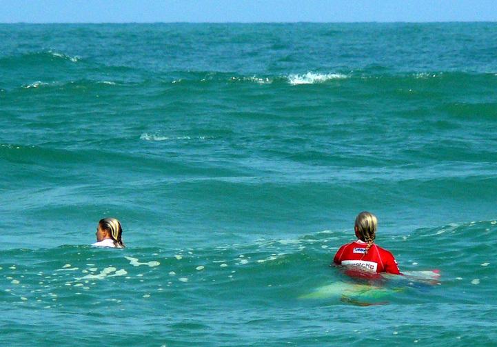 Swatch Girl Pro France : Swatch surfing in Hossegor !