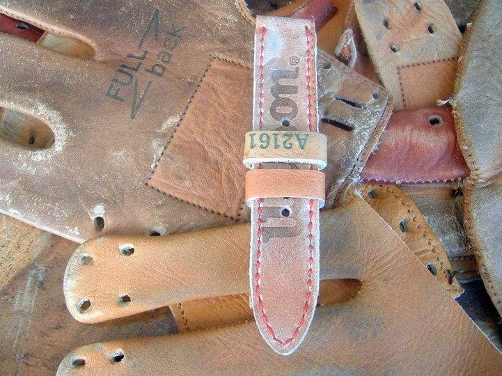 Eunos : des bracelets-montres réalisés dans des gants de baseball