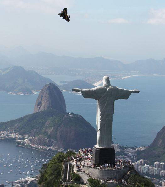 Jetman fend le ciel de Rio de Janeiro avec Breitling