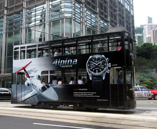 Alpina sur un tram de Hong Kong