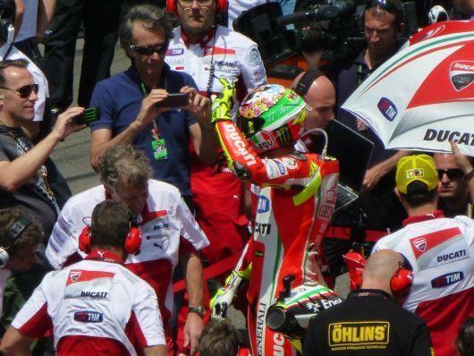 Valentino Rossi salue la foule avant le départ de la course