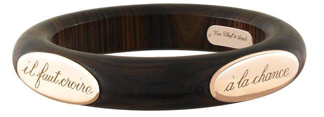 Van Cleef & Arpels : bracelet « Croire à la chance » : or et bois précieux pour un design délicieusement vintage