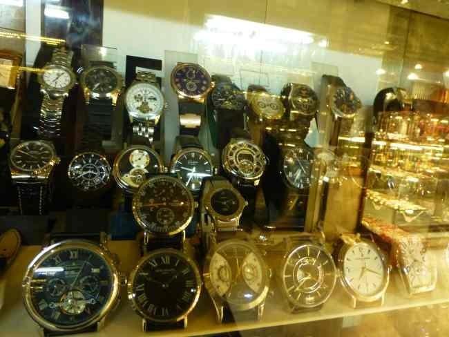 Vitrine de fausses montres dans le Grand Bazar d'Istanbul