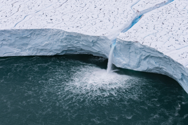 Cascade sur le glacier Brasvellbreen, sud de l'île de Nordaustlandet, archipel du Svalbard, Norvège © Yann Arthus-Bertrand