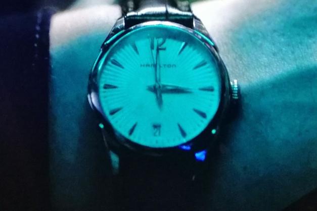 Homeland saison 8 : Clare Danes porte une montre Hamilton Jazzmaster Lady