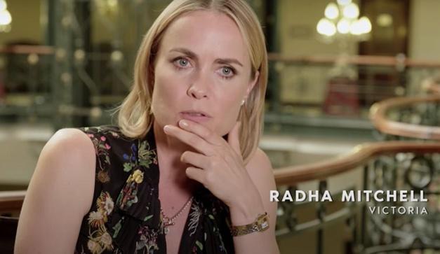 The Romanoffs : Radha Mitchell porte une Panthère de chez Cartier