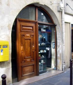 Time Addict Rive Gauche, porte vitrée, à droite sur la photo