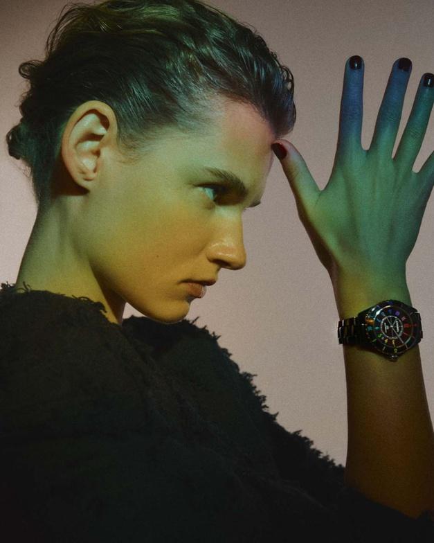 Chanel J12 Electro : elle révèle son côté pop-star
