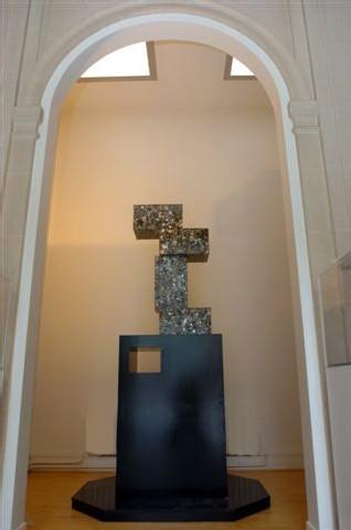 Des montres de contrefaçon forment une sculpture stigmatisant la contrefaçon au… Musée de la Contrefaçon