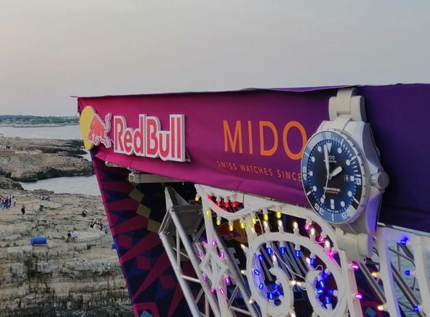 """Mido partenaire du Red Bull Cliff Diving : """"plongeuse"""" et plongeurs de haut vol"""