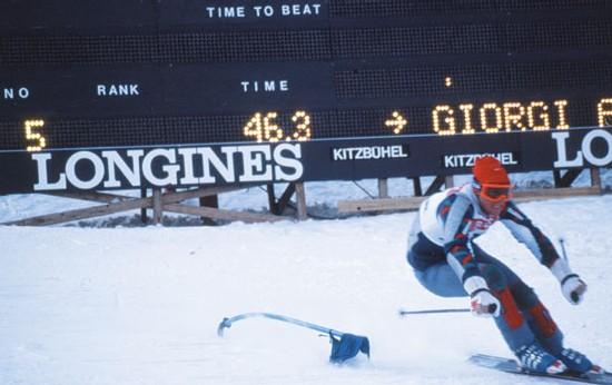 Longines chronomètre la Coupe du Monde de ski alpin à Kitzbühel, Autriche, en 1977.