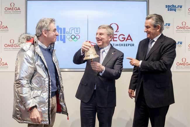 Nick Hayek à gauchen, Stephen Urquhart à droite et Thomas Bach au milieu