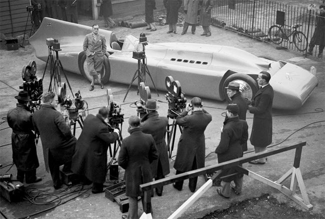 Malcolm Campbell présentant Bluebird V, 1935