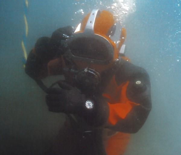 Plongeur équipé d'une BR 02 Bell & Ross
