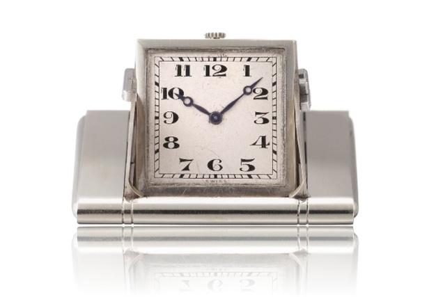 """1928 - Montre de poche """"surprise"""". Or gris 18K, cadran argenté, chiffres arabes noirs. Ouverture des volets par pression sur les flancs de la boîte."""