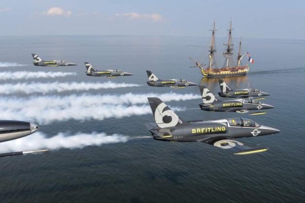Le Breitling Jet Team survolant l'Hermione