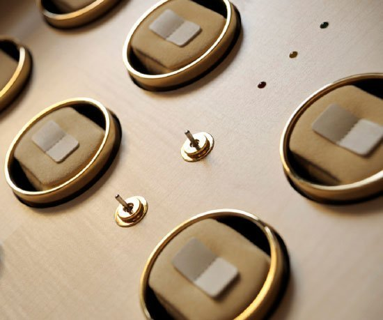 Cabinet à montres rotatif en sycomore naturel
