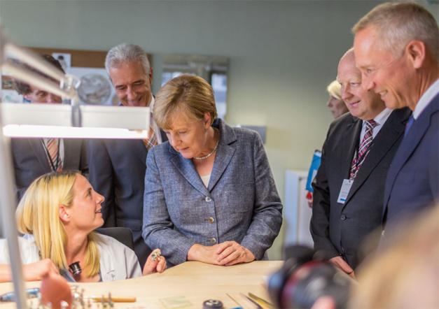 Angela Merkel en pleine discussion avec une horlogère de chez Lange