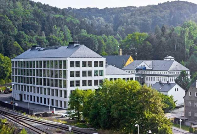 La nouvelle manufacture Lange, à gauche