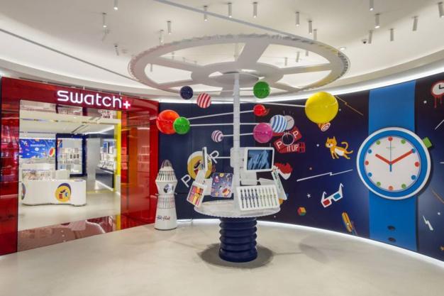 """Swatch Megastore : la """"deuxième montre"""" revient sur les Champs Elysées"""