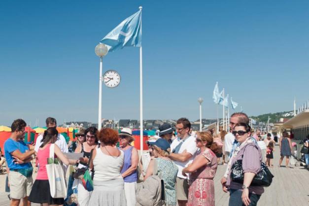 Deauville : deux horloges Mondaine sur les Planches