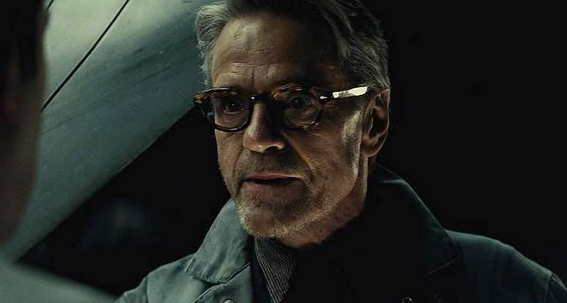 Batman v Superman, l'aube de la justice : Jeremy Irons porte une Breitling for Bentley