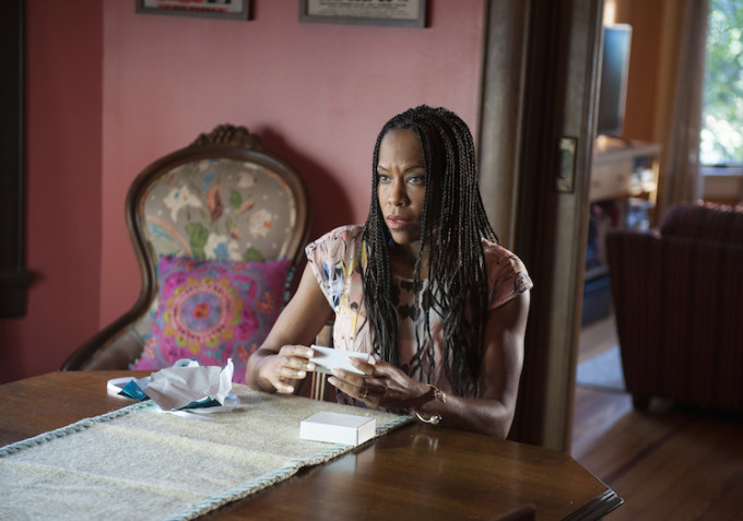 The leftovers : Regina King porte une Rolex Lady Datejust en or et acier
