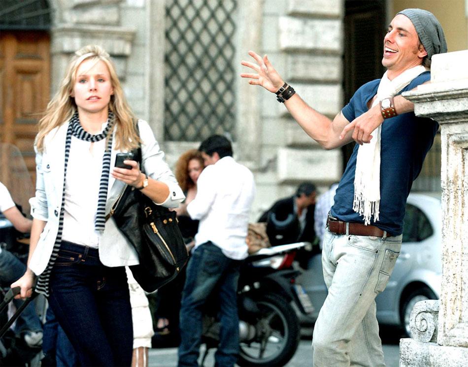 C'était à Rome : Kristen Bell porte une montre Alhambra de chez Van Cleef & Arpels