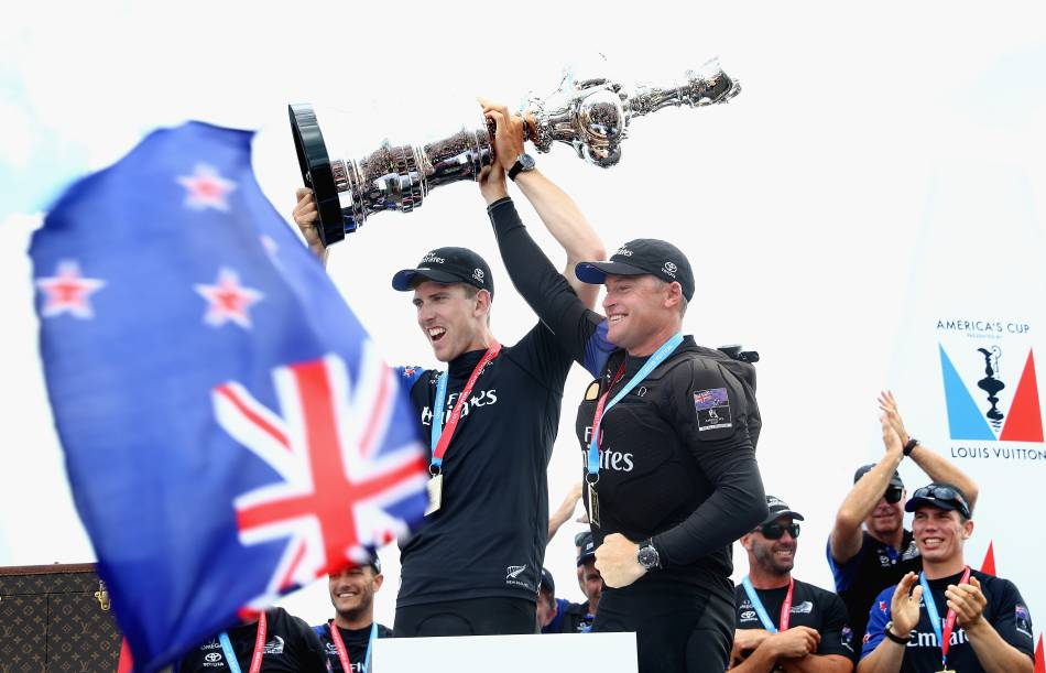 Emirates Team New Zealand remporte la Coupe de l'America avec une Omega au poignet