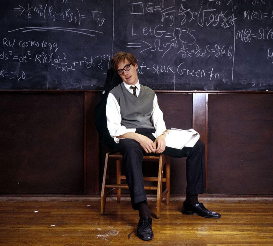 Hawking : Benedict Cumbertach porte une montre vintage Omer