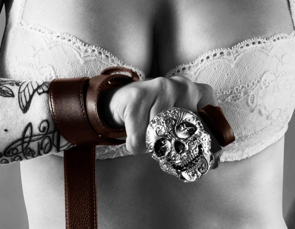 """T F Est. 1968 : ceinture et boutons de manchette """"skull"""" horloger"""