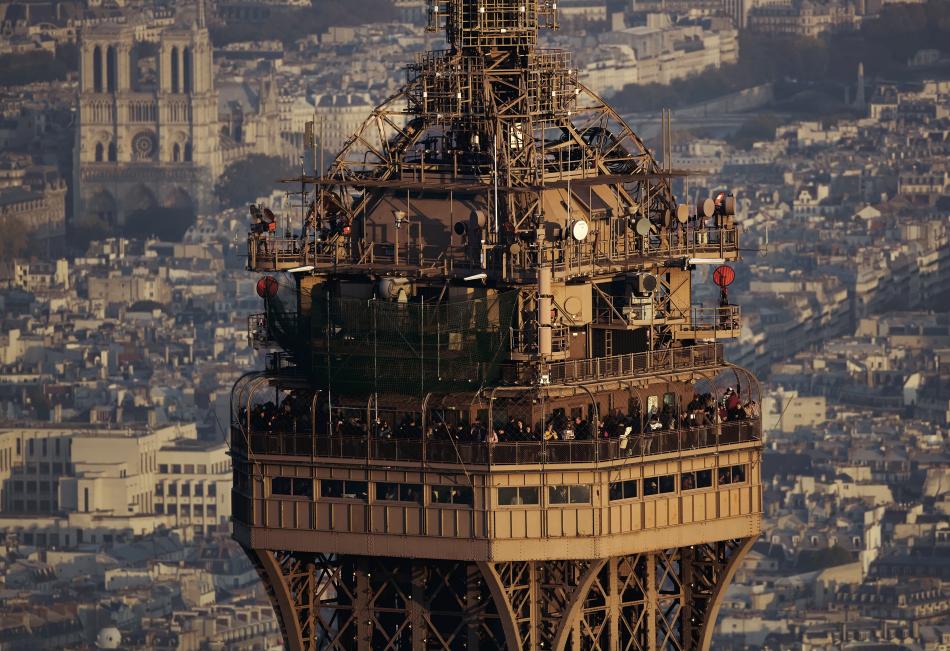 Tour Eiffel (sommet), Cathédrale Notre-Dame en arrière-plan, Paris, France © Yann Arthus-Bertrand