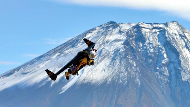 Jetman survolant le mont Fuji