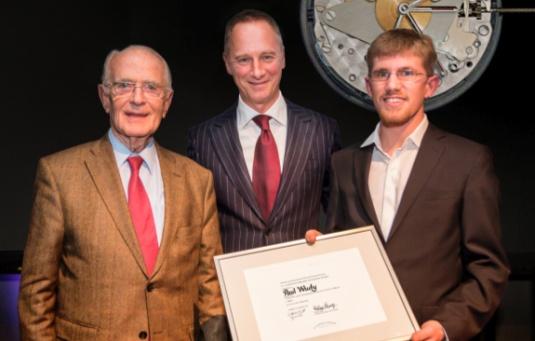 Paul Wudy (à droite) reçoit le prix du PDG de Lange Wilhelm Schmid (au milieu) et du fondateur de l'entreprise Walter Lange (à droite).