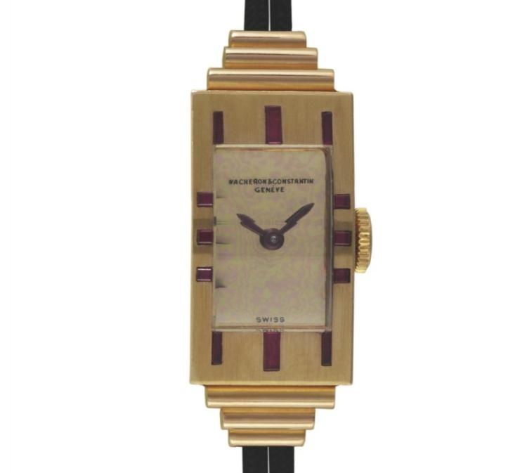 1939 - Montre-bracelet dame, or rouge 18K, rubis baguettes et carrés. Cadran doré poli, bracelet double cordon.
