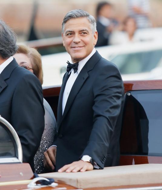 George Clooney en costume Armani et montre Omega